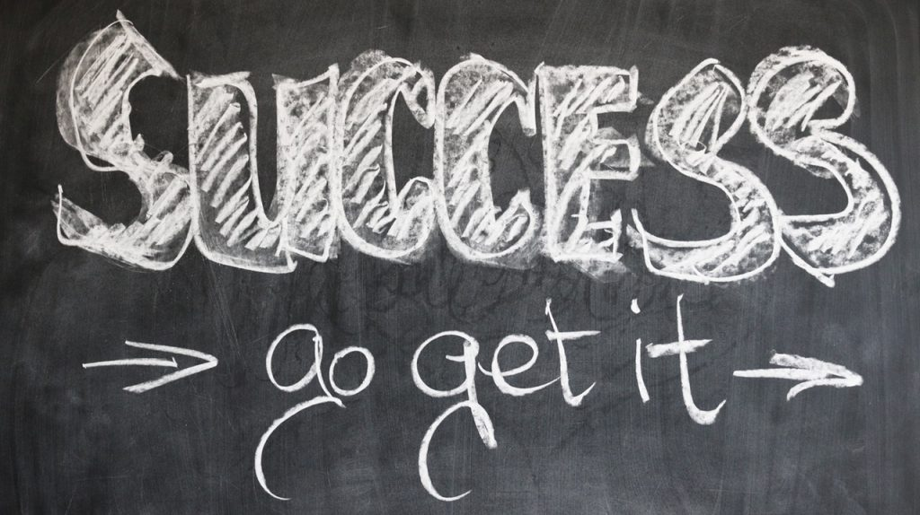 """Success, go get it"". Tekst op krijtbord."