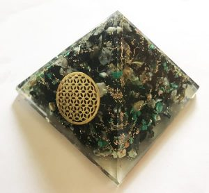 Orgonite Piramide van Chrysocolla met Flower of Life (Large)