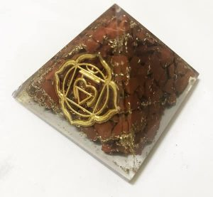 Orgonite Piramide van Rode Jaspis met afbeelding Basis Chakra (40 mm)