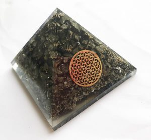 Orgonite Piramide van Pyriet met Flower of Life (Large)