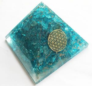 Orgonite Piramide van Blauwe Topaas met Flower of Life (40 mm)